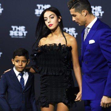 Cristiano Ronaldo, Georgina Rodriguez és Cristiano Ronaldo jr. a 2017-es FIFA-gálán - fotó: EPA/Walter Bieri