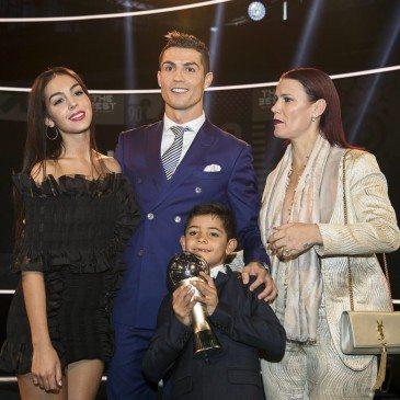 Cristiano Ronaldo, Georgina Rodriguez, Cristiano Ronaldo jr. és Elma Aveiro, Ronaldo testvére a 2017-es FIFA-gálán - fotó: EPA/Ennio Leanza