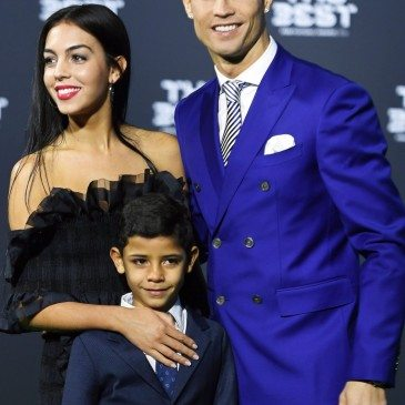 Cristiano Ronaldo, Georgina Rodriguez és Cristiano Ronaldo jr. a 2017-es FIFA-gálán - fotó: EPA/Ennio Leanza