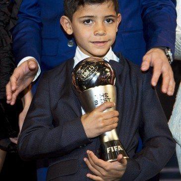 Cristiano Ronaldo és fia, Cristiano Ronaldo jr. a 2017-es FIFA-gálán - fotó: EPA/Ennio Leanza