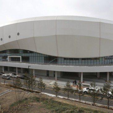 A 2018-as pjongcsangi téli olimpia gyorskorcsolya-versenyei helyszínéül szolgáló újonnan megépült, nyolcezer férőhelyes stadion, a Gangneung Oval a gangneungi olimpiai faluban 2017. február 9-én, a nemzetközi torna kezdete előtt egy évvel. (Fotó: MTI/AP/Ahn Jang Dzsun)