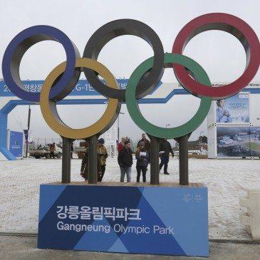 Látogatók a 2018-as pjongcsangi téli olimpia fő helyszínén, a gangneungi olimpiai faluban 2017. február 9-én, a nemzetközi torna kezdete előtt egy évvel. (Fotó: MTI/AP/Ahn Jang Dzsun)