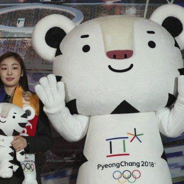 Kim Ju Na olimpiai bajnok dél-koreai műkorcsolyázó, a 2018-as pjongcsangi téli olimpia nagykövete az ötkarikás játék egyik kabalafigurájával, a fehér tigris Szuhoranggal a dél-koreai Kangnungban az olimpiai jegyértékesítés megkezdése alkalmából rendezett sajtóeseményen 2017. február 9-én. (Fotó: MTI/AP/Li Dzsin Man)