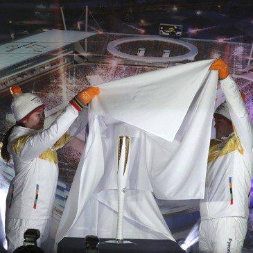 Bjun Csun Sza olimpiai bajnok dél-koreai gyorskorcsolyázó (b) és honfitársa, Bjung Jong Mun, a harpini téli ázsiai játékok aranyérmese leleplezi a 2018-as pjongcsangi téli olimpia fáklyáját a dél-koreai Kangnungban 2017. február 9-én. (Fotó: MTI/AP/Li Dzsin Man)