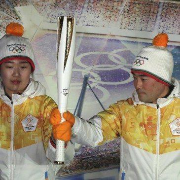 Bjun Csun Sza olimpiai bajnok dél-koreai gyorskorcsolyázó (b) és honfitársa, Bjung Jong Mun, a harpini téli ázsiai játékok aranyérmese, miután leleplezték a 2018-as pjongcsangi téli olimpia fáklyáját a dél-koreai Kangnungban 2017. február 9-én. (Fotó: MTI/AP/Li Dzsin Man)