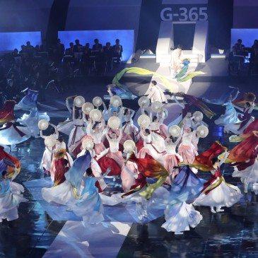 Táncosok a 2018-as pjongcsangi téli olimpia kezdetéig hátralévő egy év visszaszámlálását kezdő ünnepségen 2017. február 9-én. (Fotó: MTI/AP/Li Dzsin Man)