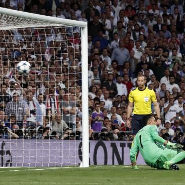 A Bayern München Lewandowski büntetőjével szerezte meg a vezetést (Fotó:  EPA/ZIPI)