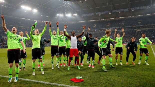 Az Ajax játékosai örülnek a Shalke elleni győzelemnek az EL-negyedöntőt követően (Fotó:EPA/FRIEDEMANN VOGEL)