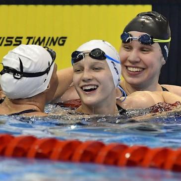 A győztes Vécsei Réka (k), a második helyezett Szurovcsák Ivett (b) és a harmadik helyezett Sztankovics Anna a 100 méteres mellúszás döntője után az úszók országos bajnokságán a Debreceni Sportuszodában 2017. április 21-én. MTI Fotó: Czeglédi Zsolt