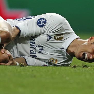 Cristiano Ronaldo fájdalmas arccal elterült (Fotó: MTI/AP/Francisco Seco)