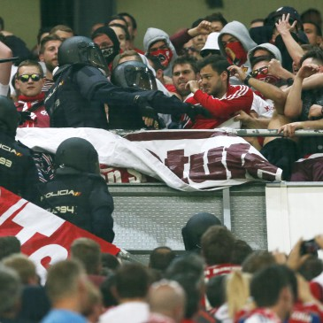 Rohamrendőrök csapnak össze a Bayern München szurkolóival a Real Madrid elleni Bajnokok Ligája-negyeddöntőn a madridi Santiago Bernabeu stadionban 2017. április 18-án. (Fotó: MTI/AP/Francisco Seco)