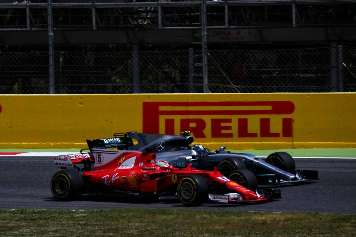 Sebastian Vettel előzi Valtteri Bottast (Fotó: XPB)