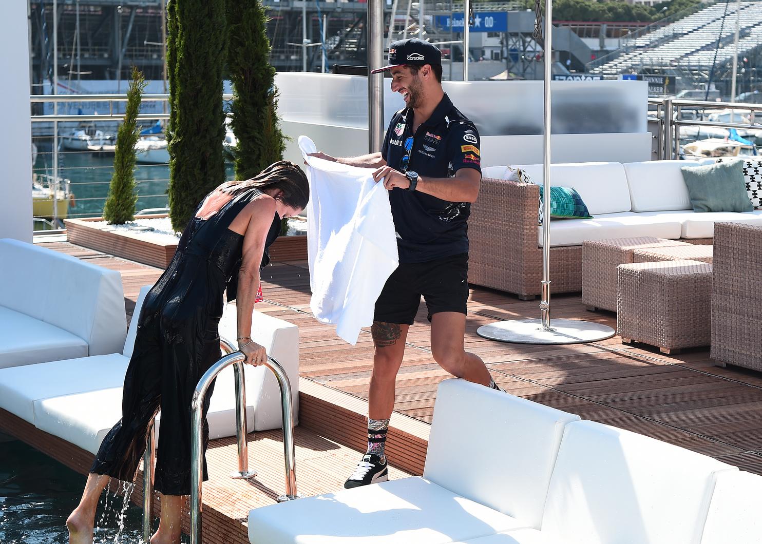 Vele készített interjút, nem úszta meg szárazon: Natalie Pinkham és Daniel Ricciardo idén Monacóban (Fotó: Red Bull)