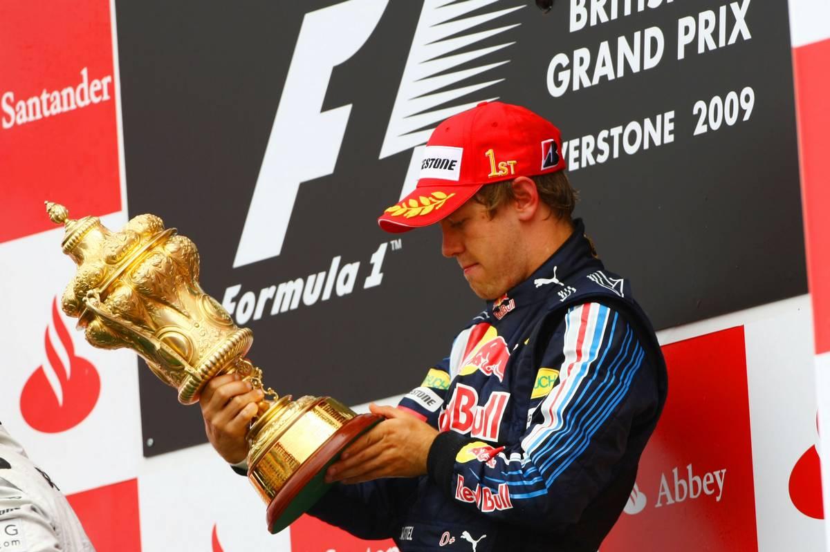 Sebastian Vettel a 2009-es győzelmekor szorongathatta a silverstone-i aranytrófeát (Fotó: XPB)