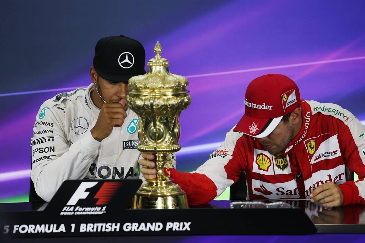 2015-ben Lewis Hamiltont és Sebastian Vettelt sem volt könnyű szóra bírni a sajtótájékoztatón a trófea jelenlétében... (Fotó: XPB)