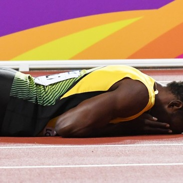 epa06141125 Jamaica's Usain Bolt lies on the track after sustaining an injury during the men's 4x100m Relay final at the London 2017 IAAF World Championships in London, Britain, 12 August 2017.  EPA/ANDY RAIN