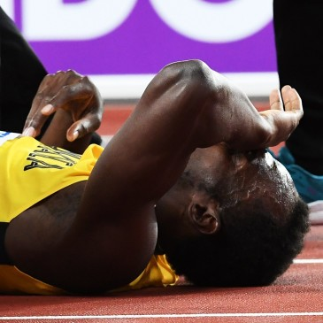 epa06141159 Jamaica's Usain Bolt lies on the track after sustaining an injury during the men's 4x100m Relay final at the London 2017 IAAF World Championships in London, Britain, 12 August 2017.  EPA/ANDY RAIN