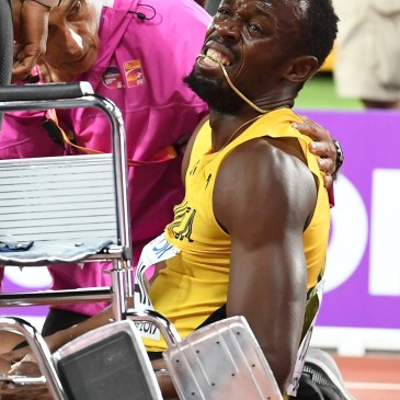 epa06141212 Jamaica's Usain Bolt reacts after sustaining an injury during the men's 4x100m Relay final at the London 2017 IAAF World Championships in London, Britain, 12 August 2017.  EPA/ANDY RAIN