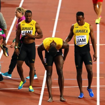epa06141220 Jamaica's Usain Bolt (C) reacts after sustaining an injury during the men's 4x100m Relay final at the London 2017 IAAF World Championships in London, Britain, 12 August 2017.  EPA/SEAN DEMPSEY