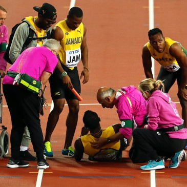 epa06141234 Jamaica's Usain Bolt (C) receives medical assistance after sustaining an injury in the men's 4x100m Relay final at the London 2017 IAAF World Championships in London, Britain, 12 August 2017.  EPA/SEAN DEMPSEY