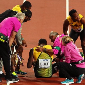 epa06141242 Jamaica's Usain Bolt (C) receives medical assistance after sustaining an injury in the men's 4x100m Relay final at the London 2017 IAAF World Championships in London, Britain, 12 August 2017.  EPA/SEAN DEMPSEY