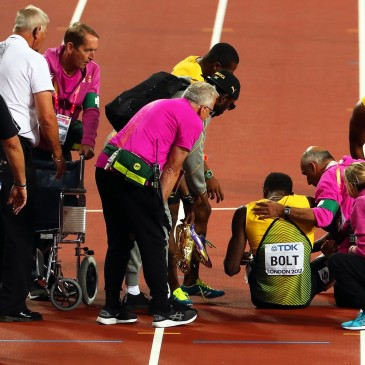 epa06141246 Jamaica's Usain Bolt (C-R) receives medical assistance after sustaining an injury in the men's 4x100m Relay final at the London 2017 IAAF World Championships in London, Britain, 12 August 2017.  EPA/SEAN DEMPSEY