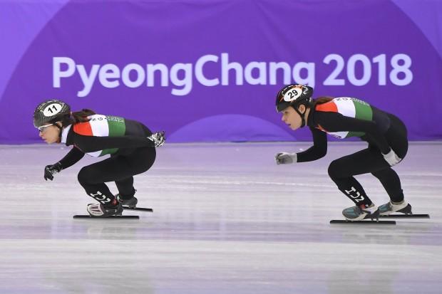 Jászapáti Petra (b) és Keszler Andrea melegít a phjongcshangi téli olimpia rövidpályás gyorskorcsolya versenye előtt a Kangnung Jégcsarnokban 2018. február 10-én. (MTI Fotó: Czeglédi Zsolt)