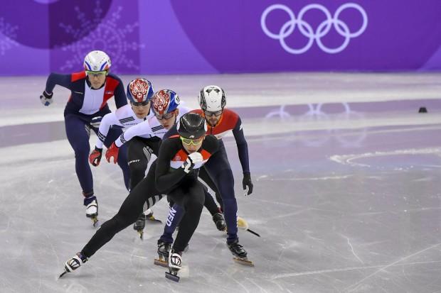 Liu Shaoang, mögötte a holland Itzhak de Laat, a koreai Lim Hjo Dzsun és Hvang De Heon, valamint a francia Sebastien Lepape a phjongcshangi téli olimpia rövidpályás gyorskorcsolya-versenyének férfi 1500 méteres középdöntőjében a Kangnung Jégcsarnokban 2018. február 10-én. (MTI Fotó: Czeglédi Zsolt)