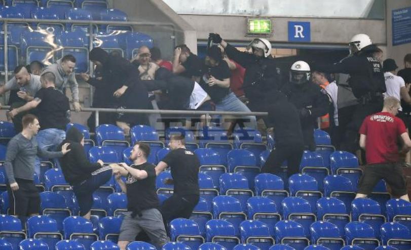 Szurkolók verekedtek egymással Gelsenkirchenben a Schalke-Frankfurk Német  Kupa-mérkőzésen. (Forrás  bta.bg) 89ef6eb53a