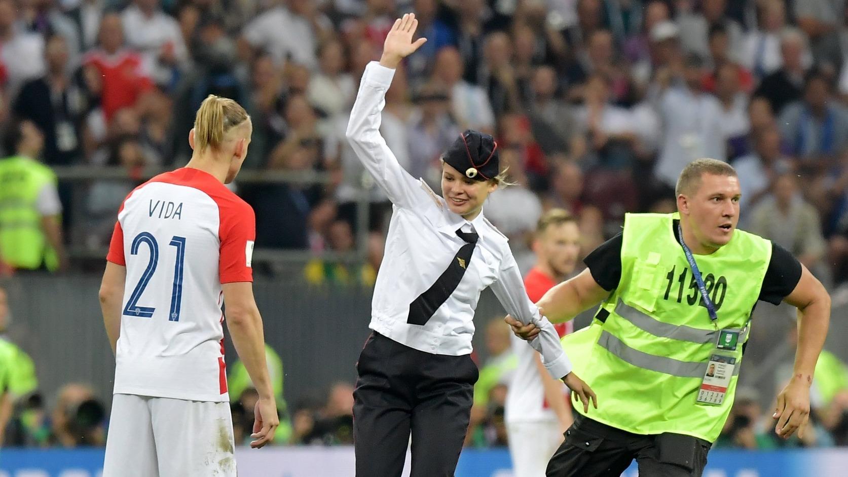 A Pussy Riot nevű orosz feminista punk-rock banda egyik tagját vezetik el az oroszországi labdarúgó-világbajnokság Franciaország - Horvátország döntőjében (Fotó: MTI/EPA/Peter Powell)