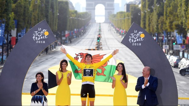 epa06918008 Winner Team Sky rider Geraint Thomas of Britain celebrates on the podium with the best sprinter's green jersey after the 21st and final stage of the 105th edition of the Tour de France cycling race over 116km between Houilles and Paris, France, 29 July 2018.  EPA/STEPHANE MANTEY / POOL