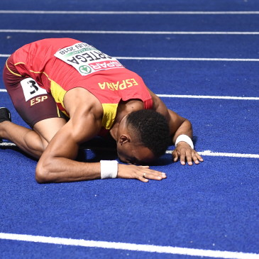 epa06941700 Orlando Ortega of Spain celebrates after placing third in the 110m Hurdles final at the Athletics 2018 European Championships, Berlin, Germany, 10 August 2018.  EPA/FILIP SINGER