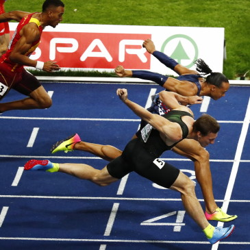 epa06941763 Pascal Martinot-Lagarde (top) of France beats Sergey Shubenkov of Russia on the finish line to win the 110m Hurdles final at the Athletics 2018 European Championships, Berlin, Germany, 10 August 2018.  EPA/CHRISTIAN BRUNA