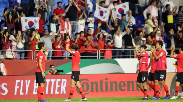 epa07268044 Players of South Korea greet their fans after the 2019 AFC Asian Cup group C preliminary round match between South Korea and Philippines in Dubai, United Arab Emirates, 07 January 2019.  EPA/MAHMOUD KHALED