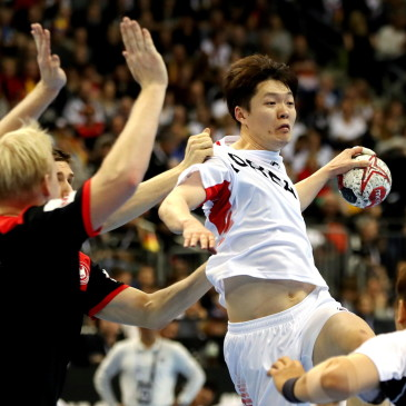 epa07273745 Jo Taehun (R) of Korea in action Patrick Wiencek (L) of Germany  during the match between Germany and Korea at the IHF Men's Handball World Championship in Berlin, Germany, 10 January 2019.  EPA/HAYOUNG JEON