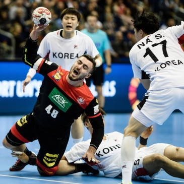 epa07273761 Jannik Kohlbacher of Germany (L) in action against Na Seungdo of Korea (R), Jang Dong-Hyun of Korea (2-L) and Choi Beom-Mun of Korea (3-L) during the match between Germany and Korea at the IHF Men's Handball World Championship in Berlin, Germany, 10 January 2019.  EPA/CLEMENS BILAN