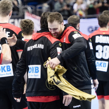 epa07273884 German players hug after the match between Germany and Korea at the IHF Men's Handball World Championship in Berlin, Germany, 10 January 2019.  EPA/CLEMENS BILAN