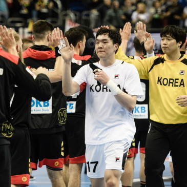 epa07273886 German and Korean players give high five after the match between Germany and Korea at the IHF Men's Handball World Championship in Berlin, Germany, 10 January 2019.  EPA/CLEMENS BILAN