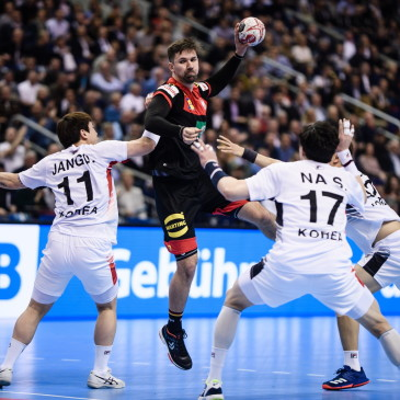 epa07273928 Fabian Wiede of Germany tries to score during the match between Germany and Korea at the IHF Men's Handball World Championship in Berlin, Germany, 10 January 2019.  EPA/CLEMENS BILAN