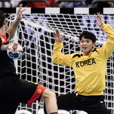 epa07273935 Uwe Gensheimer of Germany (L) in action against Goalkeeper Park Jaeyoung of Korea during a penalty during the match between Germany and Korea at the IHF Men's Handball World Championship in Berlin, Germany, 10 January 2019.  EPA/CLEMENS BILAN