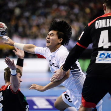 epa07273939 Kang Tan of Korea (C) tries to score during the match between Germany and Korea at the IHF Men's Handball World Championship in Berlin, Germany, 10 January 2019.  EPA/CLEMENS BILAN
