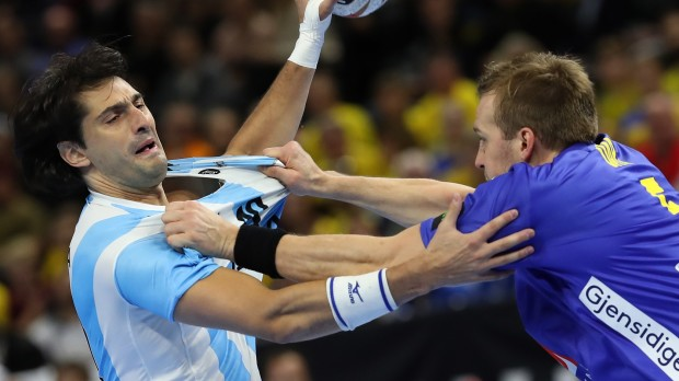 epa07280780 Argentina's Federico Matias Vieyra (L) in action against Sweden's Max Darj (R) during the IHF Men's Handball World Championship match between Sweden and Argentina in Copenhagen, Denmark, 13 January 2019.  EPA/SRDJAN SUKI