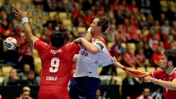 epa07287393 Norway's Sander Sagosen (C) in action against Chile's Aaron Codina (R) and Javier Frelijj (L) during the IHF Men's Handball World Championship match between Norway and  Chile in Herning, Denmark, 15 January 2019.  EPA/SRDJAN SUKI