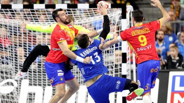 epa07300936 Nikola Karabatic of France (C) in action against Gedeon Guardiola (L) and Raul Entrerrios Rodriguez (R) of Spain (L) during the main round group one match between France and Spain at the IHF Men's Handball World Championship in Cologne, Germany, 19 January 2019.  EPA/FRIEDEMANN VOGEL