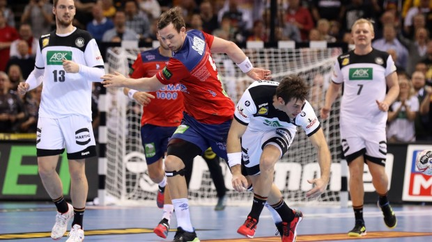 epa07319672 Germany's Uwe Gensheimer (R) in action against Norway's Sander Sagosen (L) during the semifinal match between Germany and Norway at the IHF Men's Handball World Championship in Hamburg, Germany, 25 January 2019.  EPA/FOCKE STRANGMANN