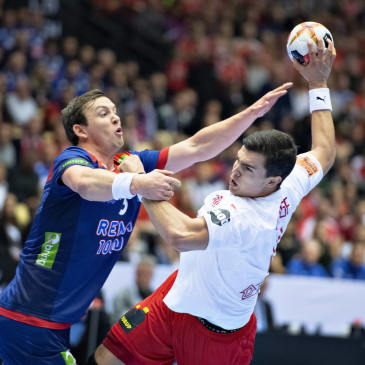 epa07325534 Sander Sagosen of Norway mod Rasmus Lauge of Denmark during the men's IHF Handball World Championship gold medal match between Denmark and Norway in Herning, Denmark,  27 January 2019.  EPA/HENNING BAGGER DENMARK OUT
