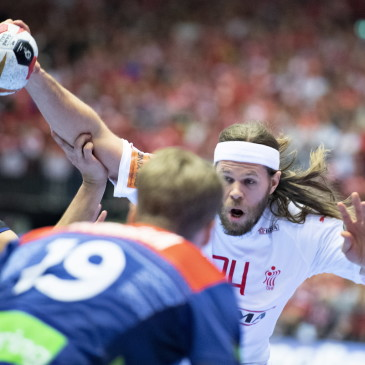 epa07325578 Mikkel Hansen of Denmark and Magnus Abelvik Roed of Norway during the men's IHF Handball World Championship gold medal match between Denmark and Norway in Herning, Denmark,  27 January 2019.  EPA/HENNING BAGGER DENMARK OUT