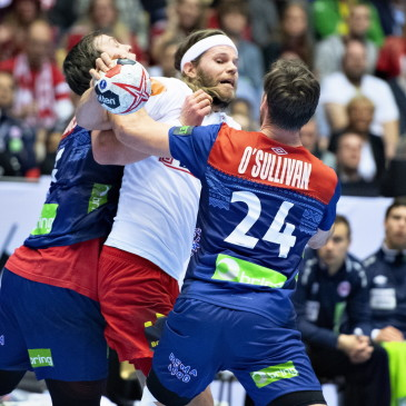 epa07325608 Mikkel Hansen of Denmark (C) against Christian O'Sullivan of Norway during the men's IHF Handball World Championship final match between Denmark and Norway in Herning, Denmark, 26 January 2019.  EPA/HENNING BAGGER DENMARK OUT