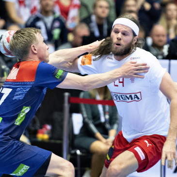 epa07325679 Mikkel Hansen of Denmark against Magnus Jondal of Norway during the men's IHF Handball World Championship gold medal match between Denmark and Norway in Herning, Denmark, 26 January 2019.  EPA/HENNING BAGGER DENMARK OUT