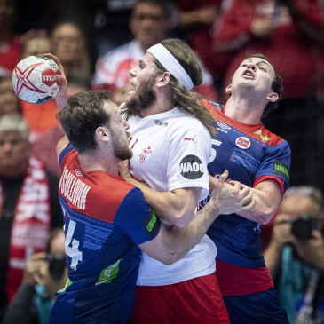 epa07325696 Mikkel Hansen of Denmark between Sander Sagosen and Christian O'Sullivan of Norway during the men's IHF Handball World Championship finale between Denmark-Norway in Herning, Denmark, 26 January 2019.  EPA/LISELOTTE SABROE DENMARK OUT